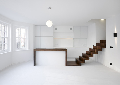 Een strakke renovatie in een Londens appartement door KHBT architecten ...