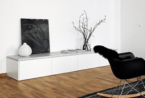 Binnenkijken in een minimalistisch zwart wit appartement woon