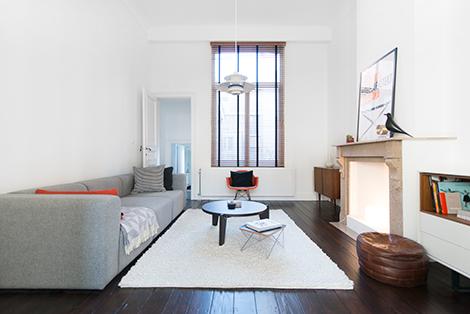 Binnenkijken in een minimalistisch appartement in een art nouveau