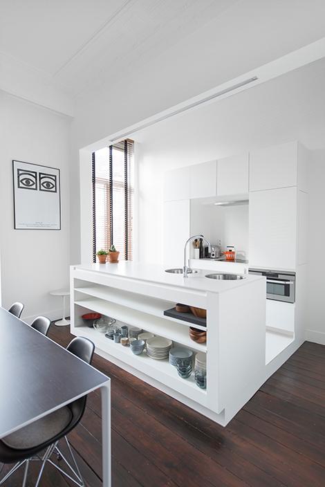 Binnenkijken in een minimalistisch appartement in een art nouveau herenhuis in antwerpen woonblog - Moderne amerikaanse keuken ...